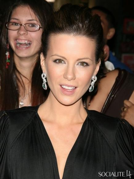celebrity-photobombs-03062012-01-435x580.jpg